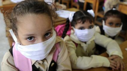 Des écolières du Caire, la capitale de l\'Egypte, portent des masques de protection pour se protéger de la grippe H1N1, dans leur salle de classe, le 4 octobre 2009.