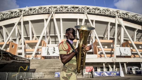 Un soldat de la fanfare militaire gabonaise répète avant la cérémonie du tirage au sort de la CAN, le 19 octobre 2016 à Libreville (Gabon).