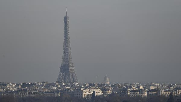 La Tour Eiffel sous un pic de pollution. (Photo d\'illustration)