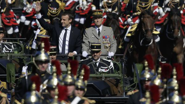 Emmanuel Macron aux côtés de Pierre de Villiers sur les Champs-Elysées, le 14 juillet 2017.
