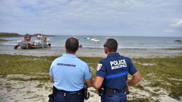 Un gendarme et un policier municipal sur une plage de l'île Dumet au large dePiriac-sur-Mer (Loire-Atlantique), le 13 juillet 2017.