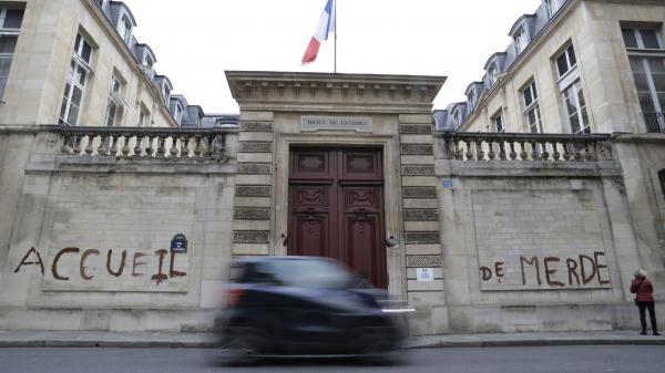 """Pour dénoncer l\'\""""accueil de merde\"""" des migrants, des manifestants ont tagué la façade du ministère de la Cohésion des territoires, à Paris, le 16 décembre 2017."""