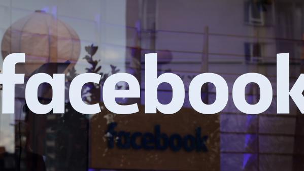 Le logo du réseau social Facebook sur une vitrine d\'un bâtiment de l\'entreprise, à Berlin (Allemagne), le 24 février 2016.