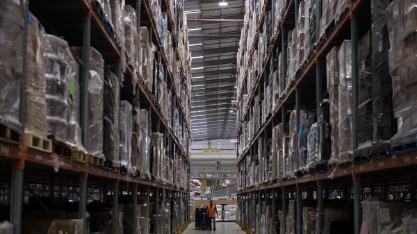 Un employé d\'Amazon, dans un entrepôt de Peterborough, en Angleterre, le 15 novembre 2017.