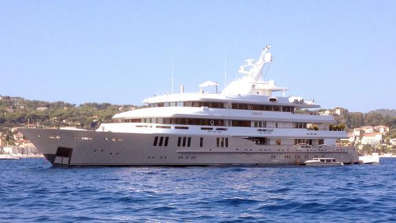 "Le yacht de Bernard Tapie \""Reborn\"" en baie de Beaulieu-sur-Mer le 29 août 2014."