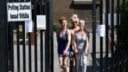 Trois électrices irlandaises quittent un bureau de vote au sud de Dublin, le 25 mai 2018.