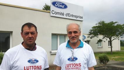 Le secrétaire CGT du comité d'entreprise de Ford Blanquefort Gilles Lambersend, avec Philippe Poutou, secrétaire de la CGT sur le site de l'usine.