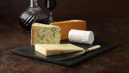 Un plateau de fromages.