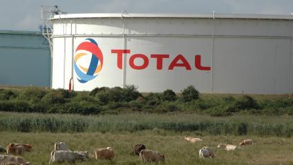 Citernes de l\'entreprise Total, à la raffinerie de Donges, près de Saint-Nazaire, en octobre 2013.