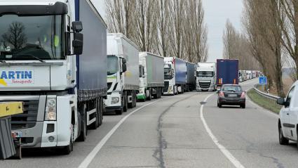 """Des camions bloqués pendant une manifestation des \""""gilets jaunes\"""" dans le Haut-Rhin, le 19 novembre 2018."""