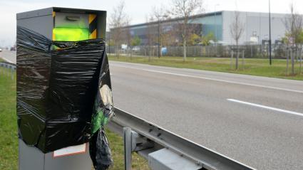 Un radar couvert d\'un sac à poubelle à Saint-Quentin-Fallavier (Isère), le 1er décembre 2018.