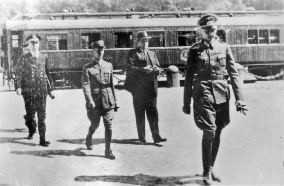Le général CharlesHuntzigers\'éloignant du wagon où il vient de signer l\'armistice au nom de la France, le 22 juin 1940 à Compiègne (Oise).