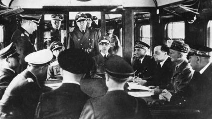 Signature de l\'armistice entre la France et l\'Allemagne, le 22 juin 1940 à Compiègne (Oise), en présence d\'Adolf Hitler (assis à gauche) et du général CharlesHuntziger (à droite), qui préside la délégation française.