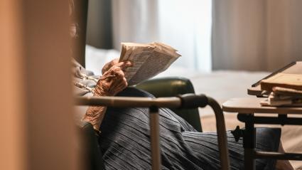 Un résident d\'Ehpad lit dans sa chambre, à Paris, le 5 juillet 2018.