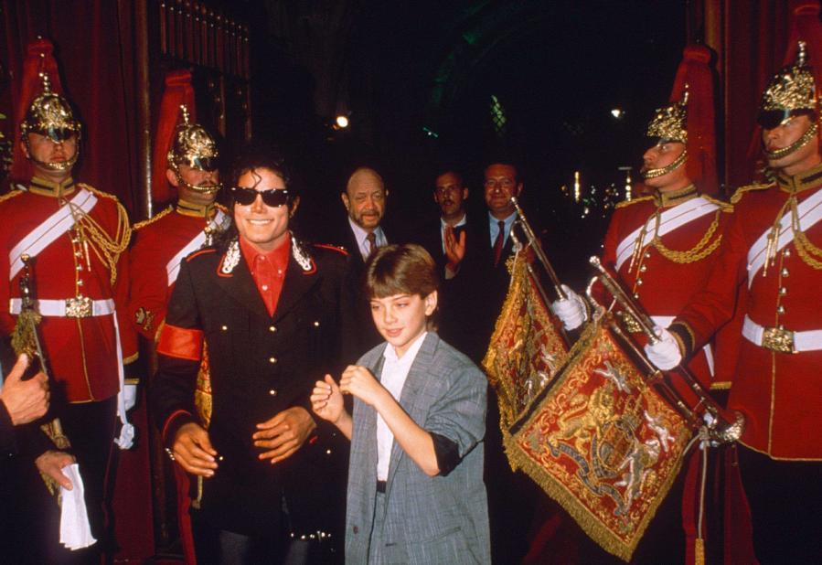Michael Jackson et le jeune James Safechuck lors d\'une fête à Londres, le 15 juin 1988.