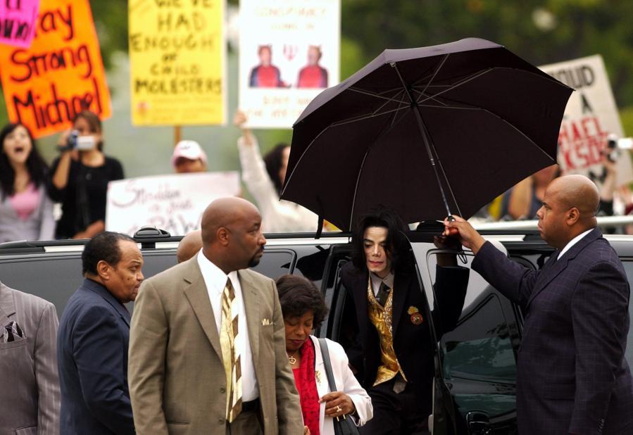 Michael Jackson arrive aupalais de justice du comté de Santa Barbara pour son procès, àSanta Maria (Californie), le 25 mai 2005.