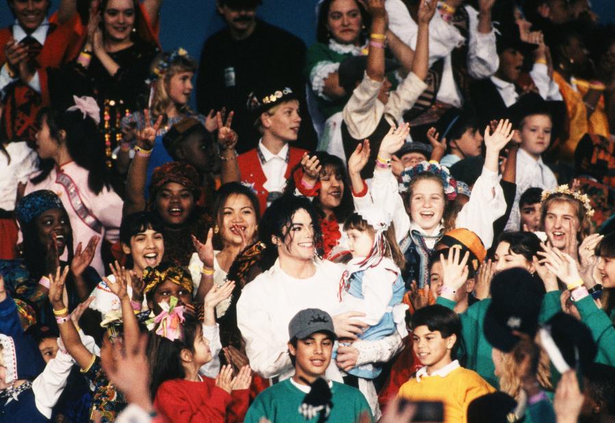 Michael Jackson sur scène avec des centaines d\'enfants lors du concert de la mi-temps du Superbowl, le 31 janvier 1993 à Pasadena (Californie).