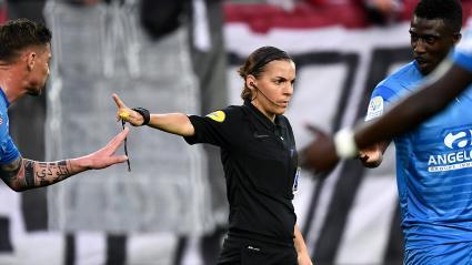 Foot : une femme va arbitrer pour la première fois un match de Ligue 1