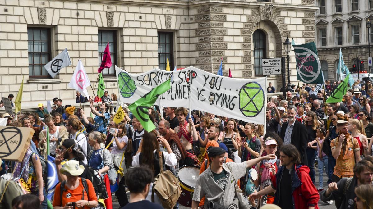 Des manifestants du mouvement Extinction Rebellion marchent à Londres, le 23 avril 2019. (ALBERTO PEZZALI / NURPHOTO / AFP)