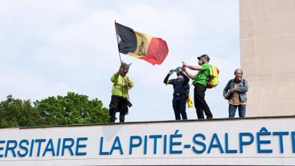 Des manifestants sur le toit de l\'hôpital de la Pitié-Salpêtrière lors des manifestations du 1er-Mai à Paris.