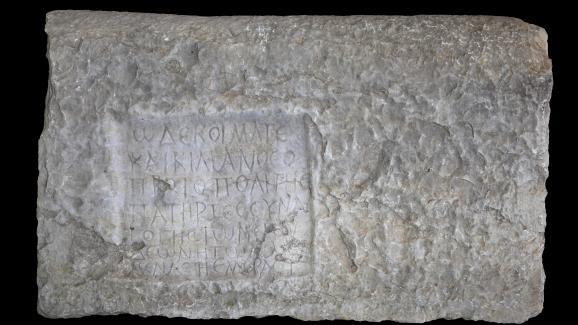Stèle funéraire écrite en grec, épitaphe d\'un rabbin nommé Caecilianos, retrouvée dans les ruines de Volubilis, près de la ville marocaine de Meknès. Ces ruines romaines datent du Ier siècle avant J.-C.