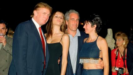 Le magnat de l\'immobilier américain Donald Trump et sa future femme, Melania Knauss, en compagnie de Jeffrey Epstein et de son ex-compagne Ghislaine Maxwell, le 12 février 2000 au club privé Mar-a-Lago à Palm Beach, en Floride (Etats-Unis).