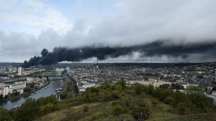 L\'incendie de l\'usine Lubrizol vu depuis les hauteurs de Rouen (Seine-Maritime), le 26 septembre 2019.