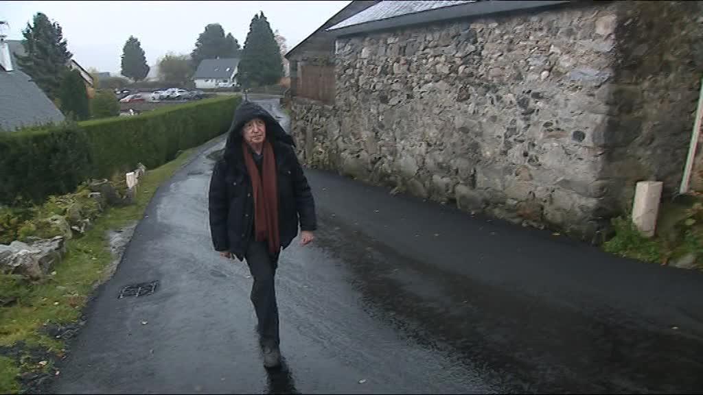 Pierre Birnbaum dans les rues d\'Omex, le village où il fut cachée enfant chez des Justes.