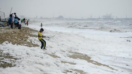 Des monceaux de mousse blanche polluent une plage de Chennai (Inde), le 2 décembre 2019.