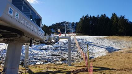 Le télésiège de la station de ski du Mourtis (Haute-Garonne) reste fermé par manque de neige.