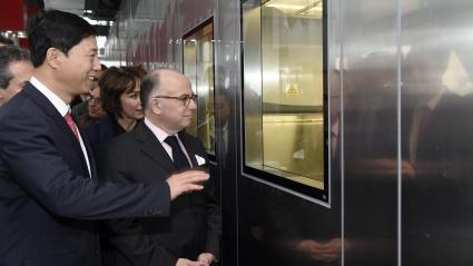 Le Premier ministre Bernard Cazeneuve en visite au laboratoire P4 de Wuhan (Chine centrale), le 23 février 2017.