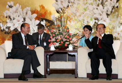 En 2004, la France et la Chine décident de s'associer pour lutter contre les maladies infectieuses émergentes, lorsd\'une rencontre entreJacques Chirac et son homologue Jiand Zemin, à Shanghai.