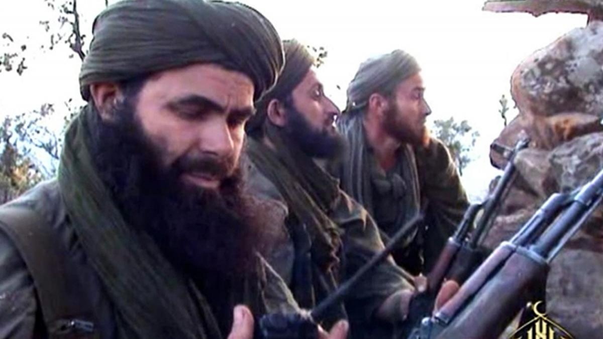 Abdelmalek Droukdel, chef d\'Al-Qaïda au Maghreb islamique (Aqmi), le 23 mai 2012, dans une zone non identifiée au Mali.