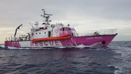 Le Louise Michel, le navire affreté par le street-artist Banksy en Méditerranée pour porter secours aux migrants.